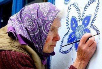 Бабушка из Моравии изумительно расписывает стены домов и часовен