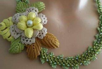 Вязаные украшения с цветами: удивительные комбинации