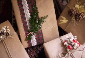 Новогоднее оформление подарков с помощью крафтовой бумаги и пары украшений