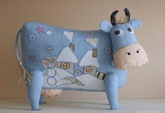 Симпатичная подушка в виде коровы своими руками