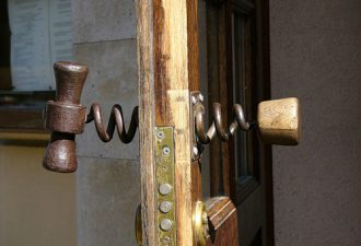 10 самых необычных дверных ручек: такого вы ещё не видели