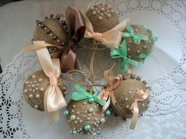 Идеи украшения шаров на ёлку с помощью бечёвки и не только