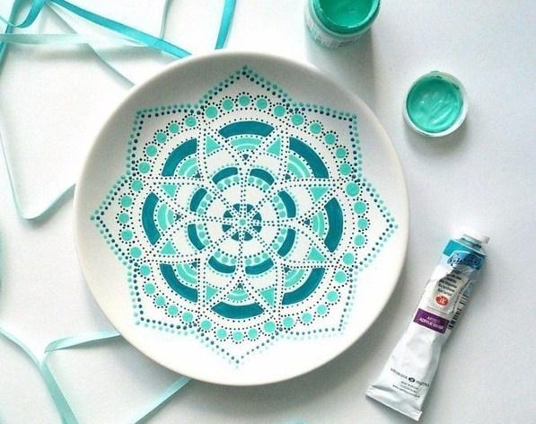 Тарелки в технике точечной росписи: 10 вариантов
