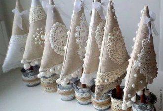 27 идей ёлочек из мешковины и текстиля, которые можно сделать за час