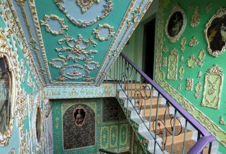 Подъезд в королевском стиле от киевского пенсионера