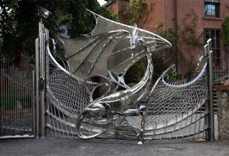 Кованые ворота тончайшей работы, от которых захватывает дух